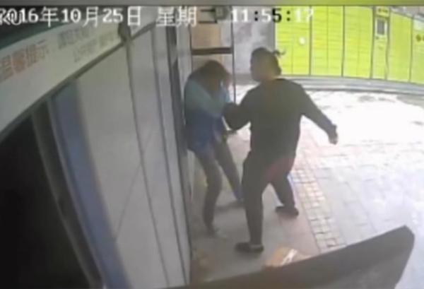 监控视频中,一男子挥拳连续击打快递员五六下,并用膝盖顶其头部,快递员抱头蜷缩,男子继续用脚踢打。