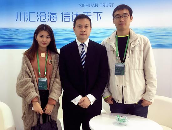 (四川信托总裁助理马振邦在金博会上接受搜狐财经记者采访)