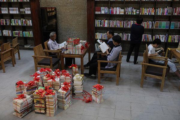 29村里的24小时图书馆又收到一批图书捐赠 傅拥军 摄