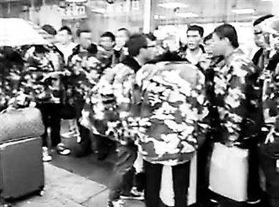 """群众演员在火车站发现""""带队""""跑路视频截图"""