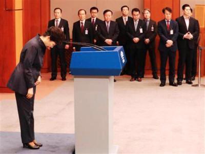25日,朴槿惠在青瓦台春秋馆向国民鞠躬道歉。