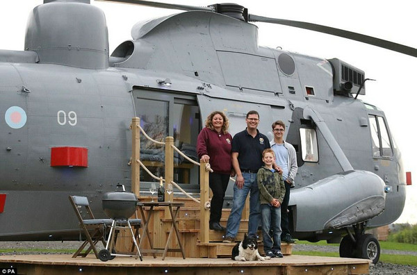 农民花33万元将海军直升机改成民宿