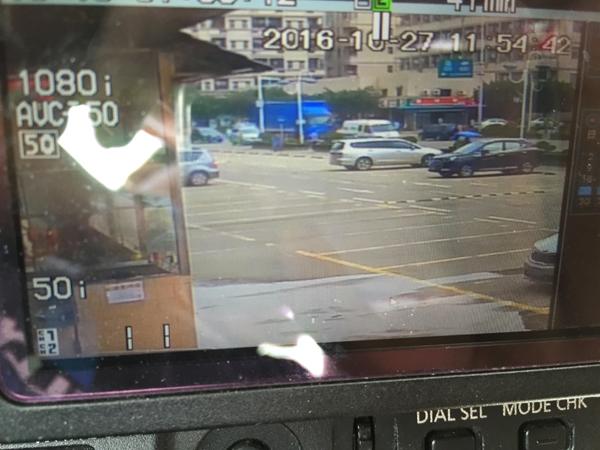 振荣南路一家旅店门口监控视频显现,视频时刻10月27日11时54分38秒,红色运钞车初次出如今监控画面上,该运钞车行驶全部正常,也没有人尾随。 本文图像均来自 磅礴期货配资 记者 魏凡