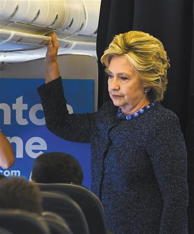 """当地时间10月28日,希拉里面容凝重,乘坐飞机去参加竞选活动。当天,FBI宣布重启""""邮件门""""调查。 本版图片/视觉中国"""