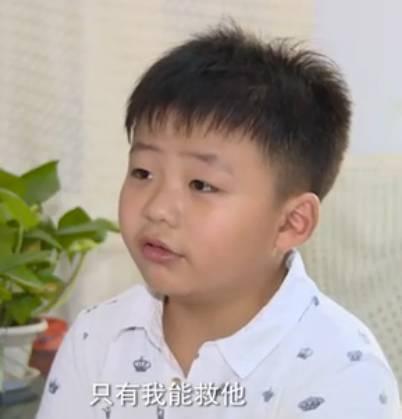 为救患白血病的父亲,8岁的他决定为父捐髓。为达捐献要求,他两个月里增重20斤!父亲治病过程中,曾经调皮的他既照顾父亲又安慰母亲,成家的支柱。最终移植手术完成,父亲得救!江苏男孩曹胤鹏被推选为2016最美孝心少年之一!