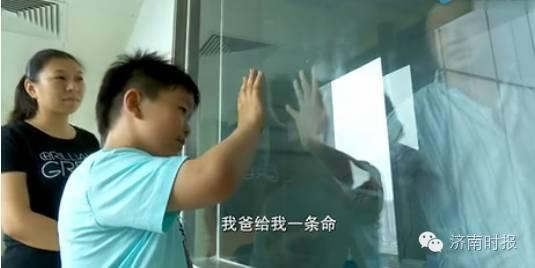 江苏徐州的曹磊和妻子分别是建筑公司文员和商场营业员,他们有一个8岁的儿子曹胤鹏。