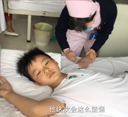 然而刚满8岁的曹胤鹏体重还不到90斤,所以为了让自己能尽快救爸爸,8岁的曹胤鹏瞬间变成了小大人。家人和曹胤鹏制定了一套营救计划,