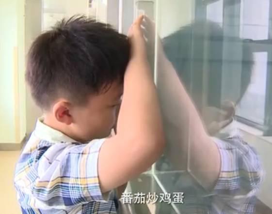 出院后的曹胤鹏,也由小毛头变成了小大人。为了鼓励爸爸,学会了自己下厨房。