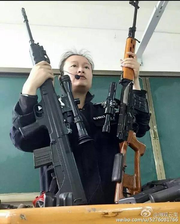 """云南一警校女教师""""扛枪""""上课走红收集,网友讥讽:谁敢逃课"""