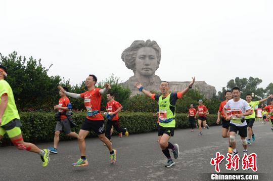 众多选手跑过橘子洲头。 杨华峰 摄