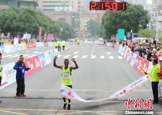 厄立特里亚选手卡勒班摘得2016长沙国际马拉松赛男子组冠军。 杨华峰 摄