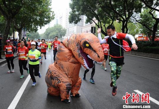 一位参赛者套上了恐龙装参赛,遭到其他选手的拍打。 杨华峰 摄