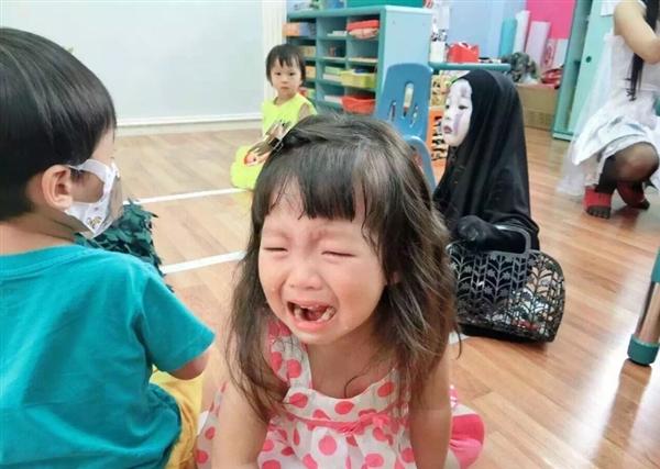 """被""""孤立""""后,小女孩一脸无辜+蒙圈,网友帮忙配旁白:宝宝好委屈,我这么出神入化你们为什么哭……"""