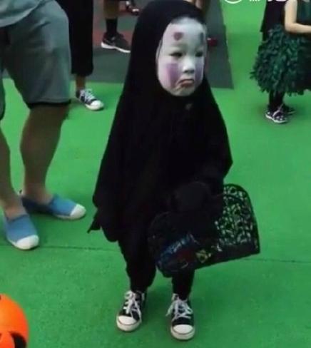 台湾小萝莉灵魂COS无脸男 太过逼真结果……