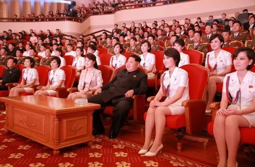 """据朝鲜《劳动新闻》报道,在2015年4月15日""""太阳节""""(金日成诞辰日)即将到来之际,朝鲜最高领导人金正恩偕夫人李雪主13日观看了朝鲜男子足球赛。"""