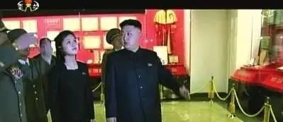 """不过,朝鲜官方媒体很快便播出李雪主的画面(该画面为李雪主2012年夏天随同金正恩一起视察在建中的锦绣山太阳宫的情景,时长20秒左右。太阳宫存放着金日成和金正日遗体。)由于这一新闻报道,正值张成泽被处决后,有朝鲜问题专家认为""""朝鲜此举是有意凸显李雪主并未受丑闻牵连""""。"""