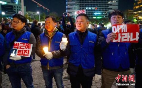 """10月29日晚,近两万名韩国民众及民间团体人士在首尔市中心举行烛光集会,谴责""""亲信干政事件""""给韩国社会带来的不良影响,要求总统朴槿惠对此事负责。中新社记者 吴旭 摄"""