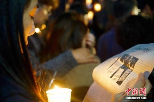 """10月29日晚,近两万名韩国民众及民间团体人士在首尔市中心举行烛光集会,谴责""""亲信干政事件""""给韩国社会带来的不良影响,要求总统朴槿惠对此事负责。图为集会现场发放的反对""""亲信干政""""的宣传材料。中新社记者 吴旭 摄"""