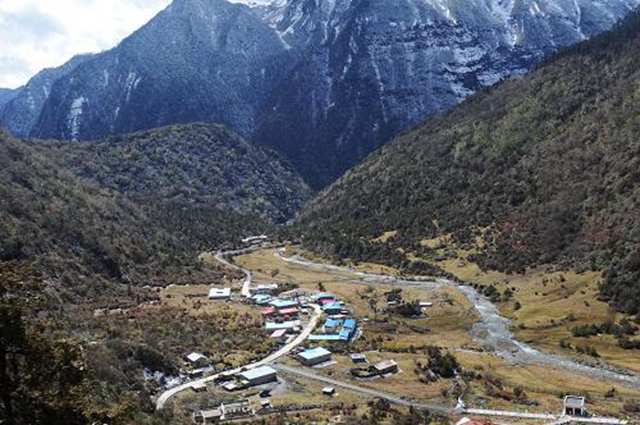 位于喜马拉雅山脉南麓、中印边境线上的玉麦乡,是中国人口最少的行政乡。从拉萨向南行驶400公里到达山南市隆子县,从县城到乡里还有200公里的泥泞山路。(图片来自新华网)