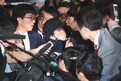 """当地时间10月31日,韩国首尔,韩国总统朴槿惠的闺蜜崔顺实涉嫌""""干政""""被检察机关传唤,到首尔中央地方检察厅接受调查。图/视觉中国"""