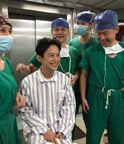 何炅录节目小腿扎伤紧急手术 微博报平安感谢医护