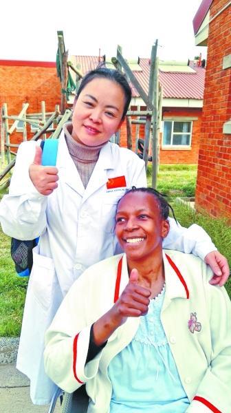 武汉女医生告别丈夫和儿子援非 打手电做手术