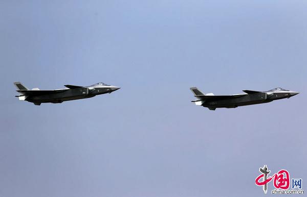 第十一届中国国际航空航天博览会将于11月1日至6日在珠海举行。本届航展参展各类飞机151架,创历届中国航展参展飞机数量之最。今年的航展,由中国自主研发的重型隐身战斗机歼-20首次亮相,并由空军试飞员进行飞行表演。图为11月1日,歼20战机现身珠海航展惊鸿一瞥,留下霸气身影,引得全场欢呼。