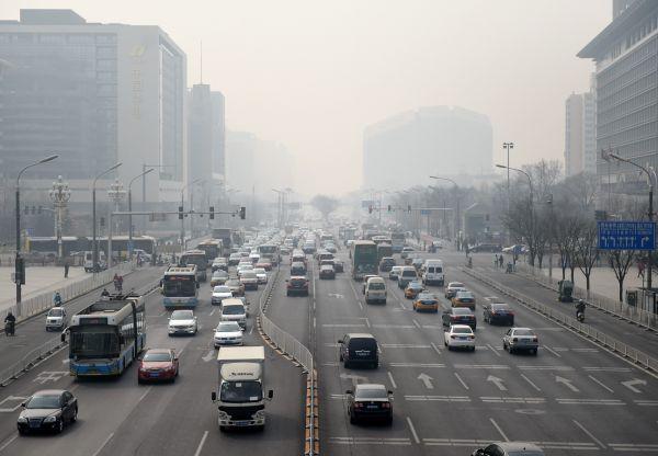 资料图:2016年3月17日,北京重污染黄色预警启动,图为雾霾笼罩下的北京街道。