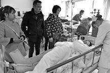 """""""我妈上班路上出完事故,至今还躺在抢救室里,闹事司机跑了。""""昨天,西安市灞桥区庞家村的申老师说。"""