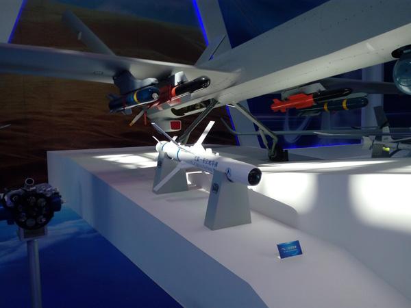 与彩虹-4无人机一同展出的天雷一号空地导弹,机翼挂载的蓝色导弹是AR-1空地导弹