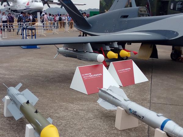 """""""云影""""无人机机翼下挂载了CS/BBM2型100千克滑翔卫星制导炸弹和LS-6/50NLS制导炸弹"""