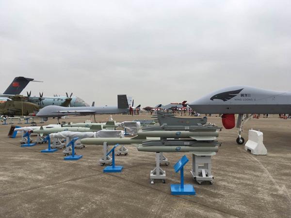 采用4联装复合挂架的是蓝箭-7空地导弹,该导弹多次在珠海航展上展出,算是??? width=