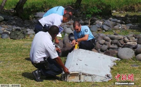 材料图:在法属留尼汪岛海岸线上发觉飞机残骸。