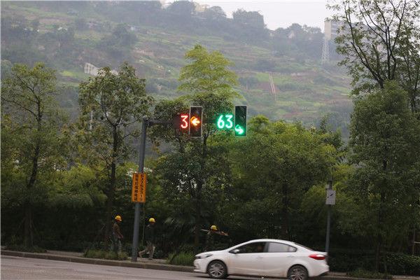 如果你是一个司机,如果绿灯只有3秒时间,是不是会觉得很绝望?这样的情况,当你在重庆渝中区企业天地的时候,很可能会遇得到。