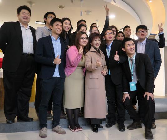 洪秀柱与台湾青年合影