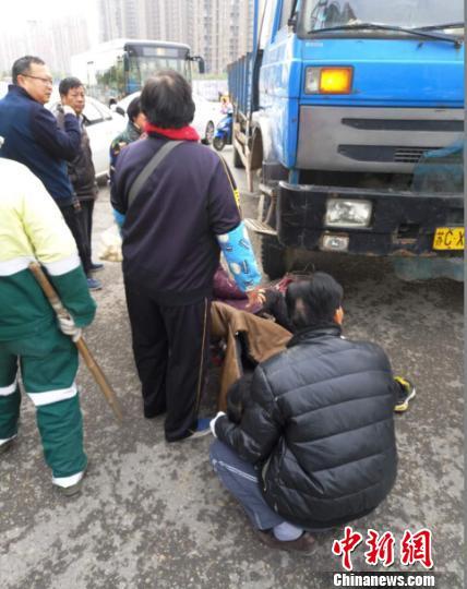 众人合力抬车将人救出。 警方供图 摄