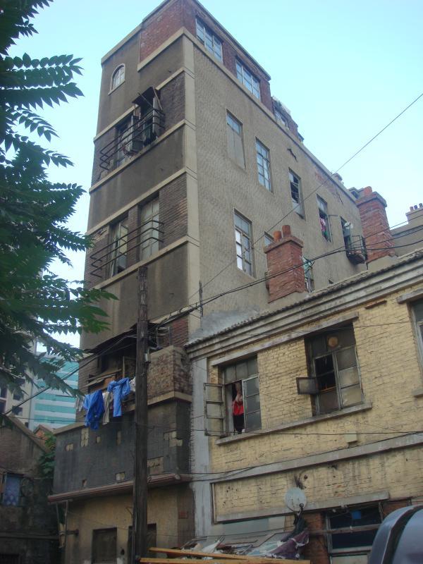 """康德记""""药房在东关街上的旧址。大连市民嵇先生摄于2011年7月。"""
