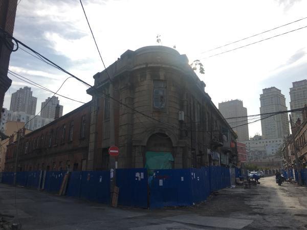 据大连市文物管理部门透露,此处建筑(华胜街28号院)将被保留改建成历史博物馆,这可能是东关街建筑群唯一获保留的建筑。澎湃新闻记者 罗杰 图