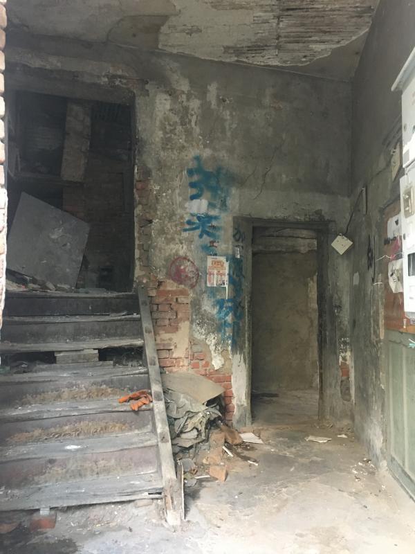 东关街的老建筑历经百年风雨,破旧程度可见一斑。澎湃新闻记者 罗杰 图