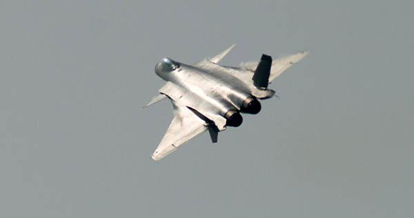 2016珠海航展上,我国自行研制的J-20隐形战争机初次面向公家做航行扮演。