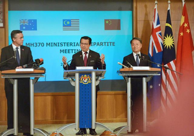 7月22日,在马来西亚普特拉贾亚,马来西亚交通部长廖中莱(中),澳大利亚基础设施和交通部长切斯特(左)和中国交通运输部部长杨传堂(右)共同主持媒体发布会。