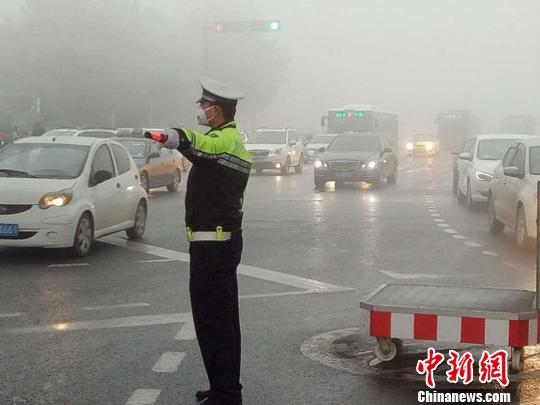 图为雾中指挥交通的石家庄交警。警方供图