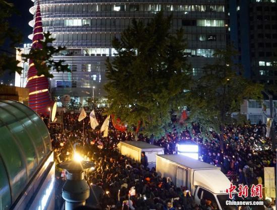 """10月29日晚,近两万名韩国民众及民间团体人士在首尔市中心举行烛光集会,谴责""""亲信干政事件""""给韩国社会带来的不良影响,要求总统朴槿惠对此事负责。图为集会现场。中新社记者 吴旭 摄"""