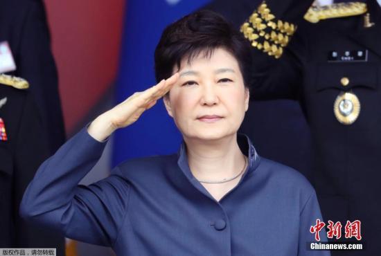 当地时间10月1日,韩国在忠清南道举行阅兵式纪念建军节,朴槿惠出席并检阅部队。