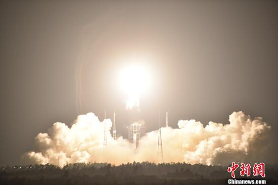 11月3日20时43分,中国最大推力新一代运载火箭长征五号,在中国文昌航天发射场点火升空,约30分钟后,载荷组合体与火箭成功分离,进入预定轨道,长征五号运载火箭首次发射任务取得圆满成功。 中新社发 付毅飞 摄 视频:中国最大推力新一代运载火箭 长征五号首飞获得圆满成功 来源:中国新闻网