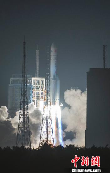 11月3日20时43分,中国最大推力新一代运载火箭长征五号,在中国文昌航天发射场点火升空,约30分钟后,载荷组合体与火箭成功分离,进入预定轨道,长征五号运载火箭首次发射任务取得圆满成功。 中新社记者 骆云飞 摄 视频:中国最大推力新一代运载火箭 长征五号首飞获得圆满成功 来源:中国新闻网