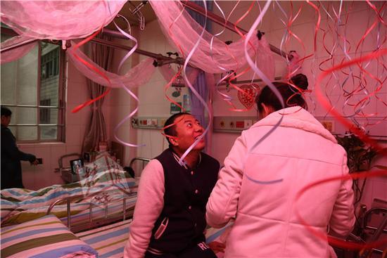 """前天晚上,护士们就在李贵君的病房张灯结彩,大红的""""�帧弊郑�五颜六色的气球,让冰冷的病房里充满了暖意。李贵君兴奋得一夜未眠。昨天早上八点多,乘坐医院专门安排的婚车大巴驶向酒店迎接新娘,随行的还有四名高学历的伴郎团――来自医院骨科的四名博士生。"""