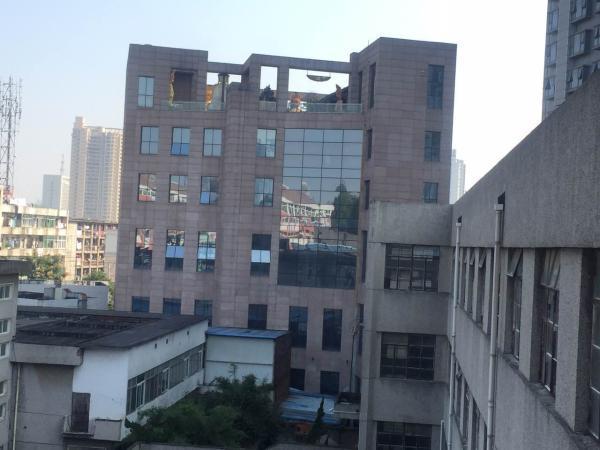 侧面远观环球金融广场招商中心楼顶佛像。 澎湃新闻实习生 孙名丽 图