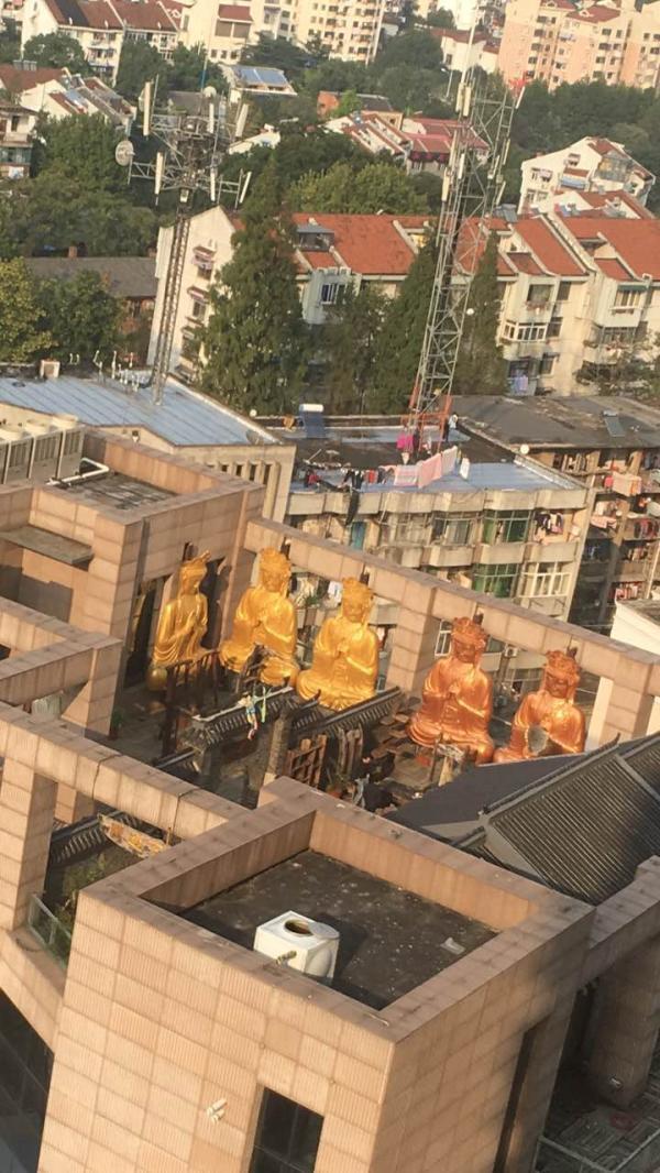 """从附近一家酒店顶层看到的佛像和""""庙宇""""。 澎湃新闻实习生 孙名丽 图"""