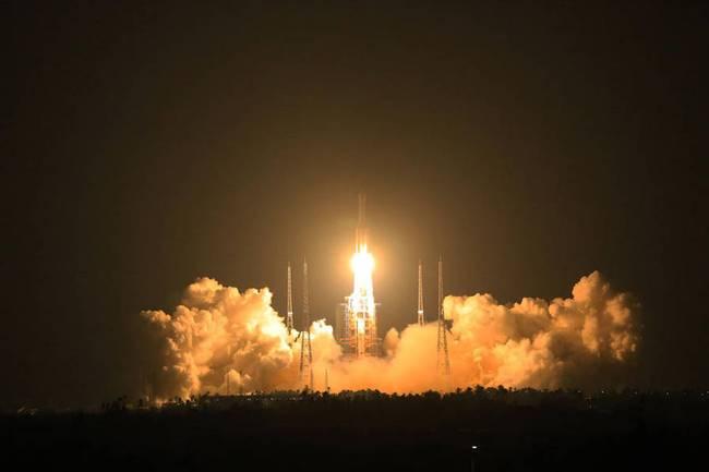 """11月3日早晨20:41,我国新一代大型运载火箭――长征五号在海南文昌航天发射场发射胜利。从2006年正式立项至今,长征五号""""十年磨一剑"""",中心技术具备彻底自立常识产权,是我国迄今为止运载才能最大的火箭。"""